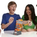 Jenga quake familiespel bekende spel Hasbro recensie review spannend aardbevingen trillingen onvoorspelbaar zenuwen toren bouwen omvallen baterijen rotsblok instortingsgevaar uitdagende variant spannend