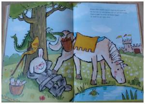 Recensie Wie al eens een boek van Rikki heeft gelezen, zal verknocht zijn aan het schattige uiterlijk van dit konijntje. Met één slap oortje dat altijd naar beneden hangt, is Rikki ontzettend aandoenlijk om te zien. Guido van Genechten heeft weer een schitterend, fantasierijk avontuur bedacht voor Rikki, ehh… Ridder Rikki. Ridder Rikki Rikki gaat lekker liggen onder de oude eik. Hij sluit zijn ogen en droomt weg. Al snel belandt hij in de middeleeuwen, waar hij enge monsters verjaagt als Ridder Rikki. Hij woont in een schitterend kasteel en wanneer Jonkvrouw Annibelle arriveert, laat hij direct de ophaalbrug zakken. Samen genieten ze van heerlijke hapjes en drankjes. Maar dan wordt Ridder Rikki opeens uit zijn dromen opgeschikt. Er is iemand in nood! Anni wordt aangevallen door een monster… Ook al is Rikki nu geen ridder meer, hij gaat er net zo stoer op af! Ridder Rikki is weer een prachtig prentenboek, waarbij fantasie centraal staat. Leuk om na het lezen met kinderen een tekening te maken wat zij zien wanneer ze hun ogen dichtdoen. Het verhaal laat zien dat in je dromen alles kan… Ridder Rikki - Guido van Genechten Prentenboek, hardcover, 32 pagina´s, Clavis