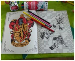 Harry Potter kleurboek voor volwassenen kleurplaten kleuren tekeningen film HP BBNC kleurboek recensie review stiften potloden doordrukken griffoendor zwadderich huffelpuf ravenklauw zweinstein wereld magisch foto's