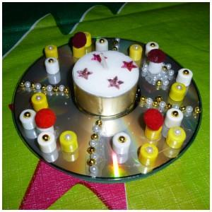 schitterend waxinelichtje voor de kerst knutseltip kerst waxinelichtje schitterend kaarsje knutselen DIY zelf maken oude CD waxinelichtje lijm kralen ponpoms washi-tape lintjes kralen slingers