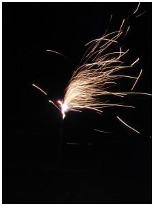 """Oud en Nieuw Oud & Nieuw Oudjaarsdag Nieuwjaarsdag oliebollen bakken appelflappen oliebollenbeslag wil niet rijzen laat oliebollenbeslag rijzen in oven 50° kinderchampagne champagneglazen bubbels nostalgie traditie kind wel of niet opblijven tot twaalf uur welke leftijd kind opblijven sterretjes vier klein nieuwjaarsfeestje tel af tot """"twaalf uur"""" inschatten knutselen knutseltip vuurwerk in de donkere nacht knikkers verf zwart papier deksel glitters slapen wakker maken tijdstip"""