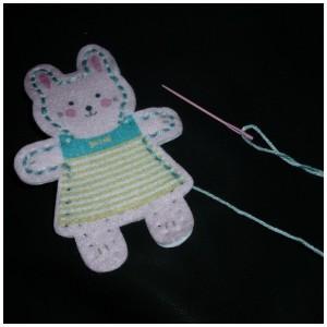 My Studio Girl Bea en Bella University Games knutselsetje handwerk naaien leren knuffeltjes huisje stickers wonen stof plastic naalden vulling poppetjes naalden draad eenvoudig blikje beschrijving recensie review kant-en-klaar pakket uitgelegd