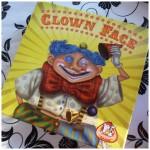 Clown Face kaartspel recensie review White Goblin Games speelklaar voet hand gezicht haar kleuren aanwijzen basiskaarten kleuren lichaamsdelen trekstapel clown combinatie lastig lachen prettig spelen jong oud