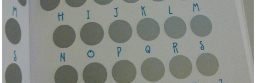 Galgje woordspelletje raden letters kraslaag galg poppetje hangen nieuwsgierig galgje-woorden succes boekje spelletje stippellijnen rood kruis nummers getallen antwoord oplossing geraden compact formaat jas tas vervelen recensie review
