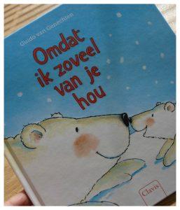Omdat ik zoveel van je hou Guido van Genechten prentenboek voorleesboek prenten recensie review Moederdag moeder en kind liefde sneeuwvlok zwemmen zon maan vragen antwoorden IJsje ijsbeer vierkant formaat uitstraling genieten vertederend verhaal Clavis