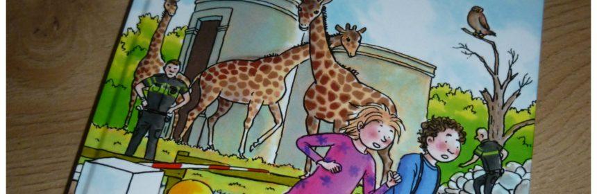 Gevaar bij de giraffen Zoopark boekenserie reeks verjaardag dierentuin spelletjes zoektocht briefje raadsel cadeau giraffen pakje vertrouwen gevaarlijks directeur politie verhalen AVI E5 recensie review Royal Jongbloed Liesbeth van Binsbergen dieren kinderen combinatie verdwenen zoek raadselachtige waarschuwen gevaar onderzoek ontdekken