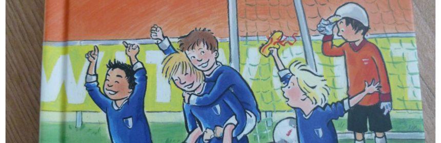 Op naar de finale! Vivian den Hollander Blauw-Wit Goal! Op de lat! Van Holkema & Warendorf recensie review voetbal verhuizing herkenbaar gevoelens gebeurtenissen beachsoccer-toernooi kinderen plezier lezen team Saskia Halfmouw