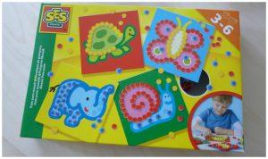 SES Pom Pom Mozaiëk SES Creative recensie review mozaiëken eenvoudig leuk resultaat plak voorbedrukte karten kleuren knutselen bedenken pakketten testen set kunstwerkjes pom poms kinderen leeftijd 3 – 6 jaar doos inhoud platen dierenafbeelding zakje lijm 3D schilderijtje oefenen bolletjes flesje hand formaat kinderhandjes eenvoudig kartonnen plaat pompom drogen plekje opzoeken kunstwerk verrassen knutselaars knutselset 3+