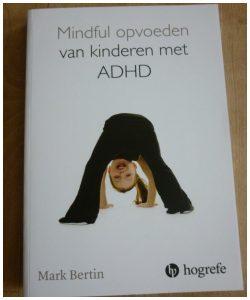 Mindful opvoeden van kinderen met ADHD recensie review Mark Bertin Hogrefe rustmoment drukte bewust pas op de plaats overzicht tijd psychologie effectief programma kinderen ouders stress verminderen symptomen krachten compassie structuur gedrag reageren werkbladen flexibel balans gezin
