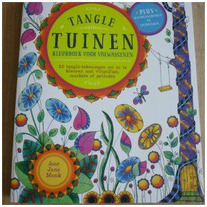 Tangle Tuinen Kleuren voor volwassenen kleurboek recensie review tips technieken kleurgerei voorbeelden schaduw kleuren mengen markeringen vroeger vouw-/scheurlijn herinneringen fantasietuin wandeling Jane Monk Tangle-kunstenaar BBNC eerlijk hype hilarisch lachwekkend