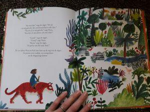 Er zit een tijger in de tuin Lizzy Stewart Baby- en peuterboeken BBNC recensie review oud spelletjes jungle wonen tuinen libellen vogels planten giraf ijsbeer vissen meisje reliëf kaft voelen zoon onderzoek ontdekkingen tekeningen speels duidelijk tekst jeugdige manier fantasie boek