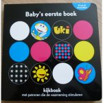 Uki baby's eerste boek kartonboekje standaard uitgeverij manteau zwart-wit patronen felle kleuren baby kijkboek prikkels recensie review