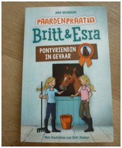 PaardenpraatTV Britt en Esra Ponyvriendin in gevaar Joke Reijnders Britt Dekker Esra de Ruiter recensie review boekenreeks serie pesten