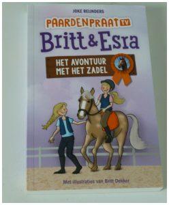 Britt en Esra Het avontuur met het zadel Joke Reijnders Karakter Uitgeverij leesboek recensie review serie reeks PaardenTV