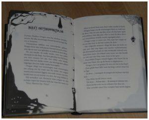 De engste serie ooit: Het nieuwe spookhuis Tjerk Noordraven Zelf Lezen Uitgeverij Moon spannend horror griezelen hellehond horrorhuis helpen lay-out avontuur recensie review