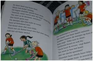 Saar op Hockey Ministicks 3in1 Vivian den Hollander AVI M4 Leren Lezen Van Holkema & Warendorf Een stick voor Saar Snel naar het veld Goud voor Saar recensie review