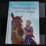 Alles voor de liefste pony Yvonne Kroonenberg paardenreeks Leopold Zelf Lezen manege pony paardenliefhebbers springlessen paardenwereld herkenbaar ruiter dressuurlessen springlessen wedstrijd val recensie review