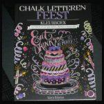 Chalk Letteren Feest Kleurboek Valerie McKeehan hobby kleuren volwassenen BBNC krijtbord zwarte achtergrond quote bladzijde perforatielijn kleurmaterialen eenzijdig kleurplaat recensie review