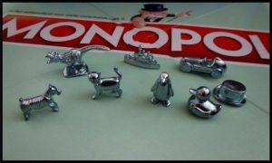 Monopoly Classic Bordspel Hasbro Gaming gezelschapsspel klassiek nostalgie stemcampagne pionnen bank opbergen huisregels speelfiguren badeendje T-Rex pinguïn slagschip kat hond Scottie hoge hoed raceauto versie publiek winnaar blut recensie review