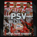 PSV Het ultieme fanboek Vi Boeken UEFA Cup stadion voetbal voetbalclub cadeau wedstrijden foto's momenten PSV Museum verlanglijstje voetbalfanaten De Herdgang veld topscorers trainers topspelers helden records opmaak rood wit generatie recensie review