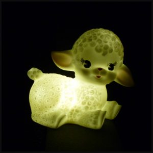 Wooly Lamb Nachtlampje wollig lammetje kinderkamer licht LED poster ansichtkaart DreumesenZo batterijen batterijen vakantie logeren meenemen #landsofkids #woolylamb recensie review