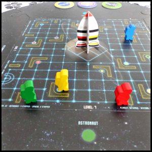 Reis door de ruimte met André Kuipers Bordspel Reis door de ruimte Bordspel JustGames Just Games aarde maan Venus Mars Mercurius Jupiter Saturnus Neptunes Pluto spheres spelelementen niveau flightpatches uitdaging speelveld level doolhof recensie review