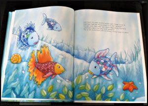 De mooiste vis van de zee leert verliezen Marcus Pfister prentenboek tegen je verlies kunnen helpen leren De Vier Windstreken prenten tekeningen vals spelen glitterfolie recensie review