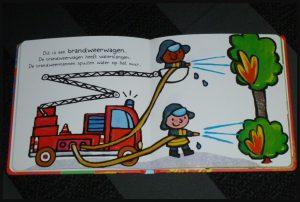 Ik en mijn auto's Liesbet Slegers prentenboek voertuigen werkauto's hulpauto's helpen wagens prenten vervoersmiddelen peuters racewagen snelheidsduiveltjes hulpdiensten herkenbaar recensie review