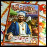 Istanbul Dobbelspel Speelbord White Goblin Games 8+ bazaar assistenten dobbelstenen robijnen kristallen speelkaarten worp aanschaffen handelswaren Lira bazaarkaarten acties speelbeurt moskeetegels uitdagend startklaar geluk recensie review
