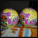 L.O.L. Surprise Confetti Pop MGA Entertainment speelfiguur verrassingsbal surprise feest feestvreugde poppetje bril uitpakken accessoires hints vakjes lint recensie review