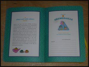 De Grown-Ass Vrouwenclub Meredith Haggerty MUS Creatief BBNC ere medaille stickers verdienen plakken aandachtspunten presentje stickerboek grappig serieus certificaat prestatie recensie review