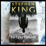 De Buitenstaander Stephen King Thriller The House of Books moord Flint City shock toegetakelde lichaam jongen coach onderzoek alibi kippenvel musthave pageturner recensie review