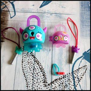 Lock Stars plastic slotjes Habro verzamelen rage buddy verpakking verrassing bedeltje slotje rugtas sleutelhanger straatbeeld openeing sleutelring Lock stars Teal Monster Horns vanaf nu exclusief verkrijgbaar bij Intertoys vanaf 16 augustus overal verkrijgbaar recensie review