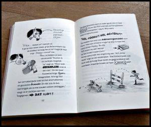 Plotseling Pony 1: Het gekste paard van stal Patricia Schröder ponymeisje paardenfan paardengek paardenmeisjes jongens graphic novel tekeningen grap boekenreeks vriendinnen hilarisch mysterieus deel onderzoek recensie review De Vier Windstreken