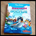 Het leven op Topford: Operatie Dolfijn Thea Stilton Zelf Lezen De Wakkere Muis opmaak vrolijke tekeningen kleur gewond dieren rector strand zee verzorging avontuur recensie review