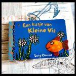 Een kusje van kleine vis Lucy Cousins vingerpoppetje zwemmen knuffelen aaien avonturen verstoppertje kindje peuter kartonboekje recensie review