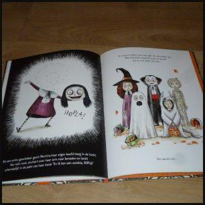 Mortina: een verhaal om je dood te lachen Barbara Cantini prentenboek Clavis Halloween oktober griezelen zombiemeisje zombie enthousiast tekeningen grapjes woorden tante ter ziele grappig onderwerp dood details griezelsfeer volwassenen kinderen recensie review
