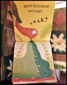Een kusje voor krokodil Sean Taylor prentenboek Leopold oerwoud schildpap aap miereneter spelen water monsters dansen drijven spelletje kleurrijk spanning vrolijk vriendschap tekeningen aanrader jonge leeftijd spannendere verhalen recensie review