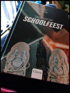 Schoolfeest Simone Kortsmit Clavis jeugdthriller schoolplein zelfmoord moord hoofdstukken personages ervoor erna verleden heden persoonlijk lezen tijdsaanduiding gebeurtenis mensen diepte betrokken gedachte vertrouwen schrijfstijl spannend geboeid afloop recensie review