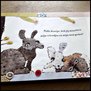 Bzzz in het bos Janet Bolton kartonboekje prentenboek Héléne Lesger Books bij vriendjes huis dieren bos helpen zoek soortgenootjes beer gelukkig honing handzaam verrassend verhaal herkenbaar vertellen lezen speciale tekeningen foto's quilts figuren stofjes achtergrond openklappen quilt nagenieten recensie review