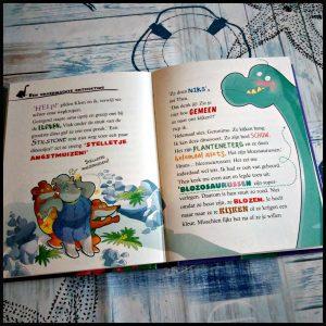Blozosaurus zoekt huis Geronimo Stilton Geronimo Stilstone oerknagers De Wakkere Muis spannend avontuur dino's dinosaurus dieren prehistorie steentijd aardbevingen weetjes cadeautje boekenlegger glow-in-the-dark dino's figuren tips zelf lezen vormgeving tekeningen illustraties rotsfort recensie review