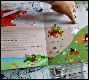 Hoor je de lente? Anita Bijsterbosch Geluidenboekje Clavis kartonboekje dieren seizoenen samen kinderen geluiden wind herfst formaat plezier everzwijn bos koekoek worm regen otter eekhoorn geluiden dieren centraal diertje luistervinkjes natuur bomen bloemen gras recensie review