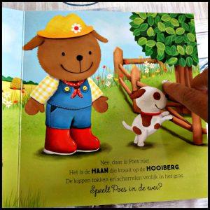 Op de boerderij met Bobbie Ruth Wielockx geluidenboekje kartonboekje Clavis tractor Categorie: kartonboekje – geluidenboekje boerderij spelen Poes hond buiten boerenerf verstoppertje vinden zoek stal hooi varkens modderpoel schuur gelukkig thuis favorieten kat dier dieren boerderij geluiden kijk- zoekboekje kado cadeau thema school knopje geluid recensie review luisteren luistervinkjes