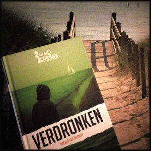 Eilandgeheimen 4: Verdronken boekenreeks serie Gerard van Gemert Waddeneiland Terschelling zelf lezen berichten berichtjes appjes doelgroep hoofdrol jeugd tweelingbroer onmogelijk ongeloofwaardig volwassene niet storend pakkend afzender telefoon recensie review