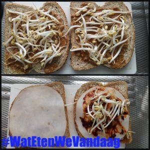 WatEtenWeVandaag #WatEteWeVandaag tosti Kippinda tosti kipfilet vleeswaren taugé tauge brood sambal pindakaas 100 % pinda tosti-ijzer smullen verwarm helften variant pittig recept #KippindaTosti